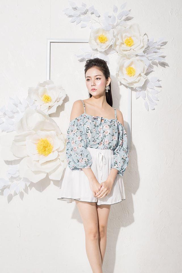 Áo hoa nhí sáng màu kết hợp cùng chân váy trắng nhẹ nhàng nữ tính