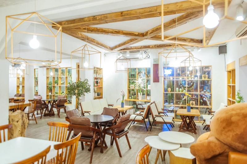 Chanchamayo là một quán cà phê có tông trắng và trang trí hiện đại, hướng đến vẻ đẹp tối giản.