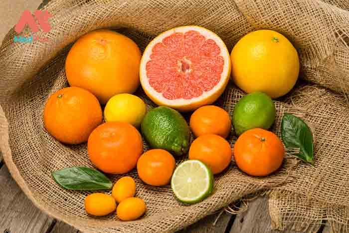 Chanh, cam là những loại quả thuộc họ cam quýt rất giàu vitamin C nên được coi là biện pháp khắc phục vết chân chim tại nhà hiệu quả.