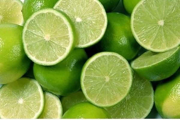 Chanh tươi có hàm lượng axit khá lớn, giúp khử mùi hiệu quả.