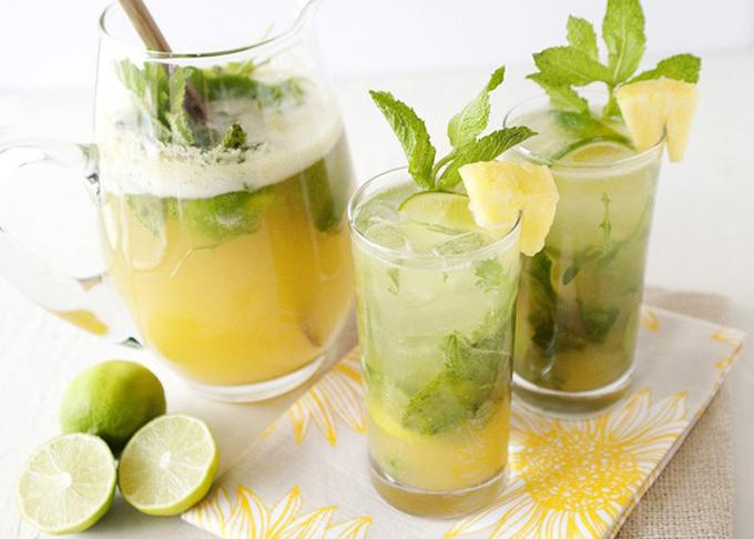 Chỉ một vài giọt chanh với trà bạc hà bạn cũng có thể tạo ra một loại thức uống giúp giảm cơn đau bụng