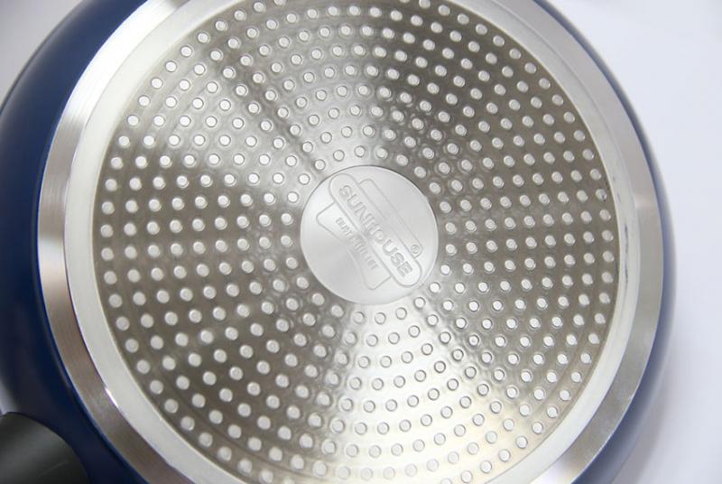 Chảo đá hoa cương Sunhouse SFP24B với lớp đáy chảo có khả năng giữ chảo cố định trên mặt bếp