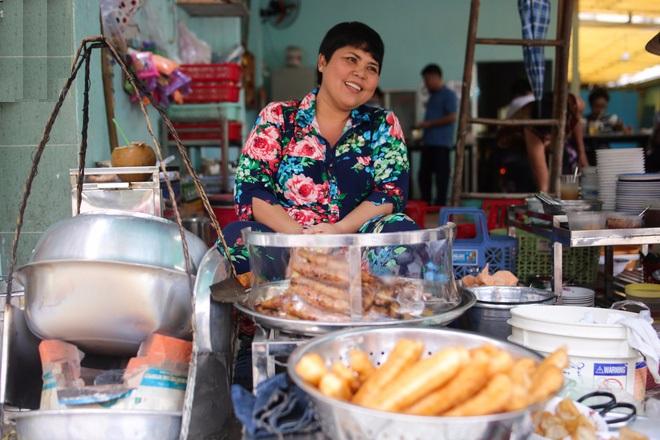 Khu Cô Giang nổi tiếng có quán ăn vặt ngon và rẻ, trong đó có quán cháo lòng Bà Út có tuổi đời hơn 80 năm, là 1 trong những quán cháo lòng nổi tiếng ở khu trung tâm quận 1.