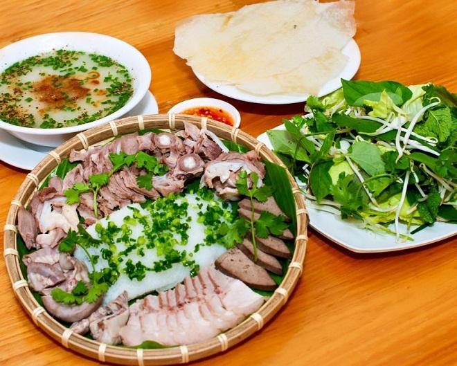 Cháo lòng bánh hỏi chính là đặc sản với tên gọi đứa con tinh thần của Phú Yên. Vị giòn, dai, bùi bùi của lòng heo và bánh tráng kết hợp với mát lạnh của rau sống cho cảm nhận đậm đặc hơn hẳn thịt heo cuốn bình thường.