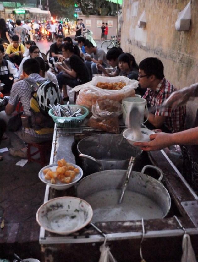 Quán cháo sườn được bày bán trên vỉa hè đối diện số nhà 17 Tạ Quang Bửu