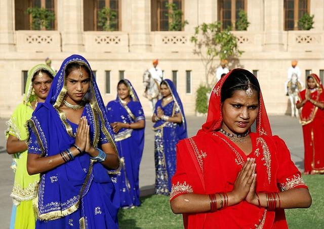 người Ấn Độ chào nhau bằng cách chắp tay vái nhẹ