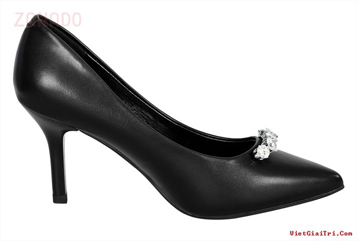 Một đôi giày da thật sẽ sang trọng hơn hẳn nhưng mẫu mã không phong phú
