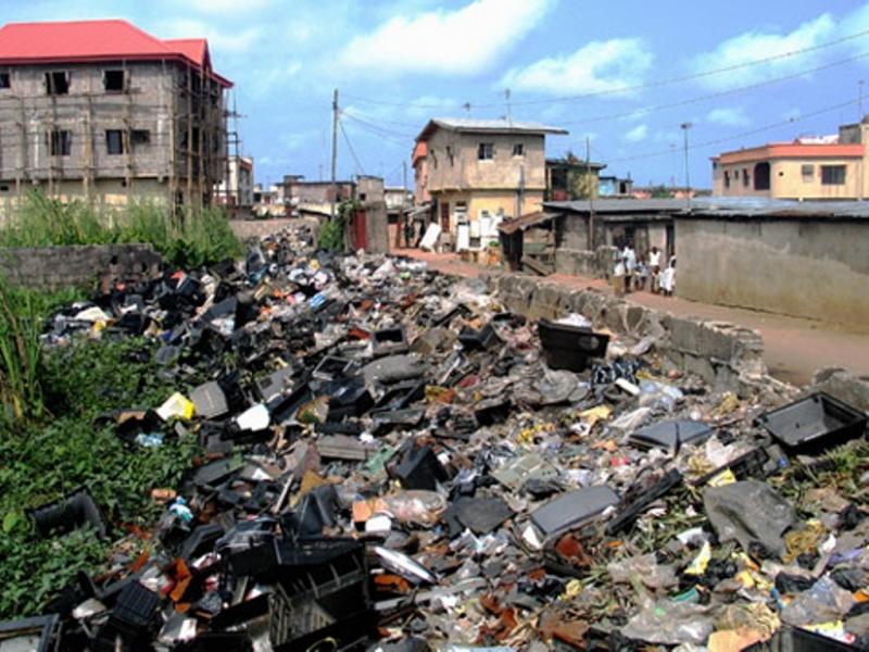 Chất thải công nghiệp xả ra hàng ngày khiến ảnh hưởng nặng nề tới môi trường