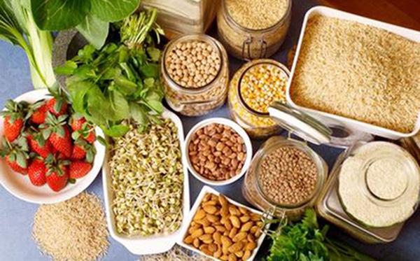 Một số thực phẩm giàu chất xơ như đậu nành, dâu tây, tinh bột
