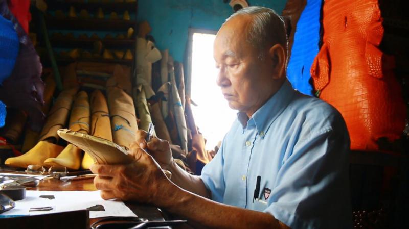 Nghệ nhân đóng giày Trịnh Ngọc - mải miết bên những đứa con tinh thần của mình (Nguồn: Internet)