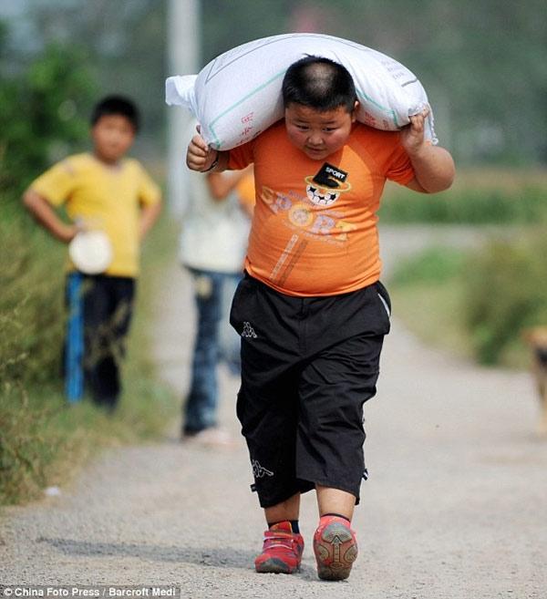 Trẻ nhỏ mang vác nặng