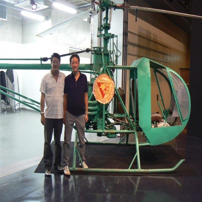 Ông Trần Quốc Hải (trái) bên cạnh chiếc máy bay do mình chế tạo