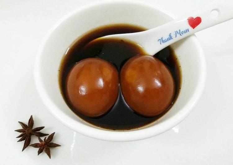 Chè trứng ngấm gia vị tận trong lòng đỏ