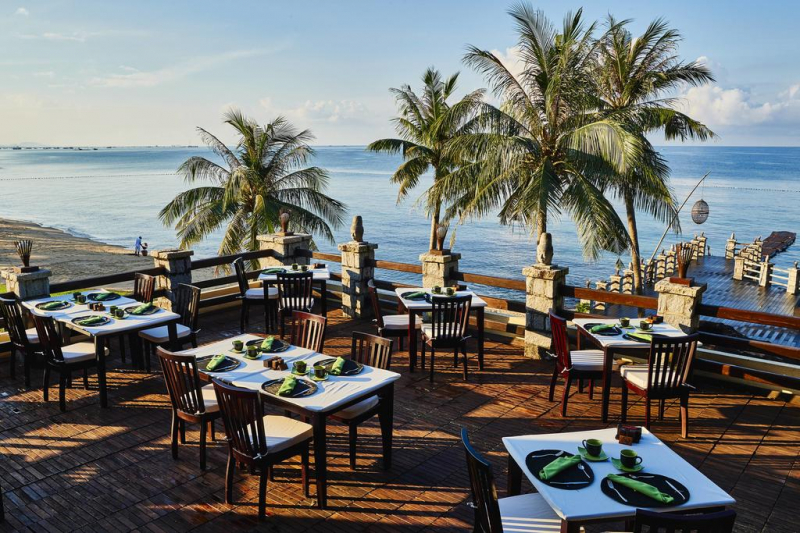 Khu vực bàn ăn ngoài trời có view nhìn ra bãi biển