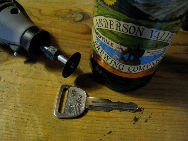 Dùng chìa khóa mở nắp chai bia
