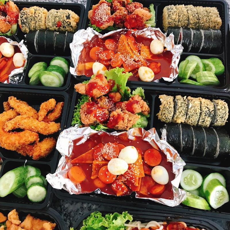 Các phần thức ăn của Chicken Box đa số được bán theo dạng combo gồm gà, kimpap, khoai tây chiên, bánh gạo cay,...