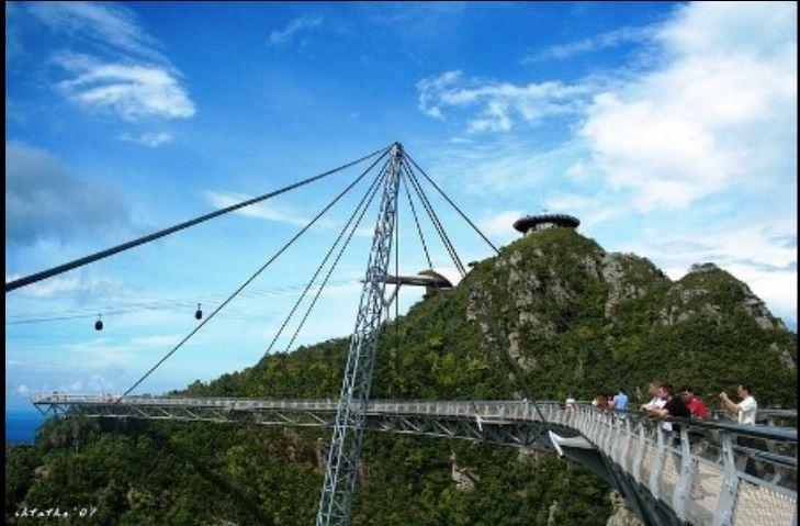 Chiếc cầu treo giữa trời dành cho du khách đi bộ thưởng ngoạn cảnh đẹp núi rừng.