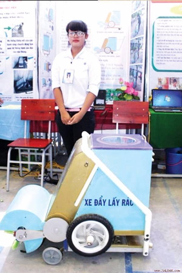 Trương Thị Uyển My bên sáng chế xe đẩy lấy rác