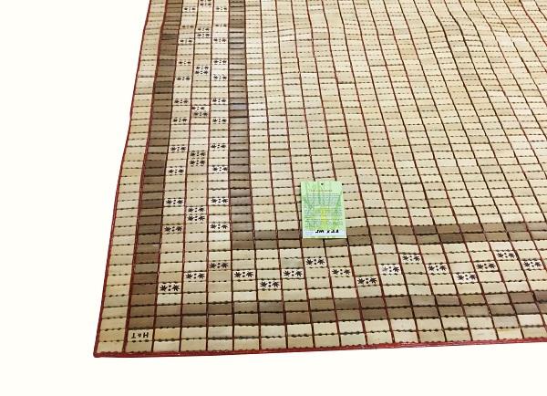 Chiếu Hương Trúc hầu hết tất cả các công đoạn đều làm thủ công, được sản xuất tại Lạng Sơn – Việt Nam. Tre trúc đạt độ tuổi nên hạt rất chắc, không vỡ, cước xâu bằng tay nên không bị đứt. Khi cầm chiếu lên khách hàng sẽ có cảm giác rất chắc tay.