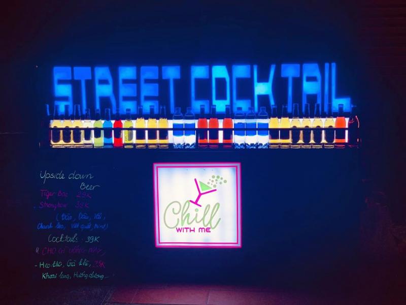 Bảng hiệu với ánh đèn lấp lánh nổi bật của Chill with me (Nguồn: Fanpage: Chill with me - Streer cocktail)