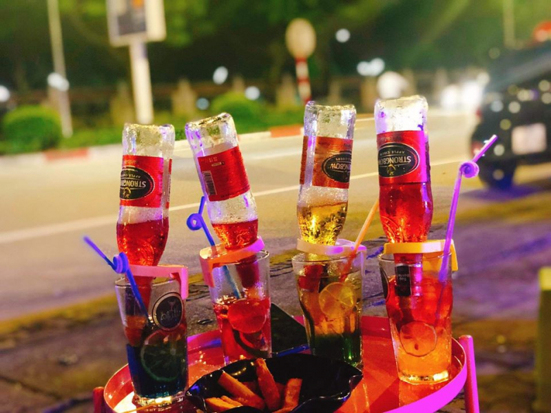 Những ly bia úp ngược bắt mắt tại Chill with me (nguồn: Fanpage: Chill with me - Street cocktail)