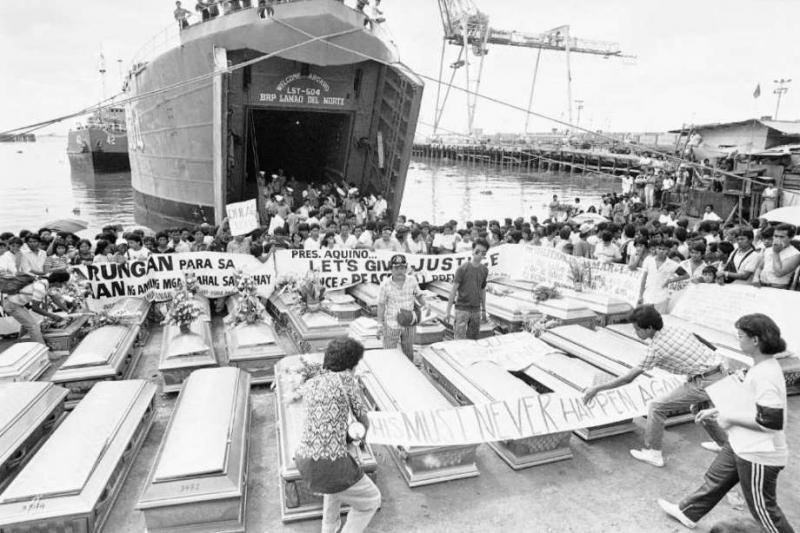 Thi thể các nạn nhân trong vụ chìm phà MV Dona Paz được khâm niệm và đưa vào đất liền