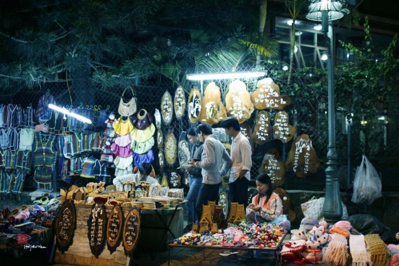Quầy bán hàng lưu niệm tại chợ