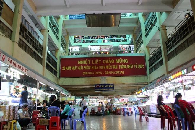 Không gian rộng rãi bên trong chợ
