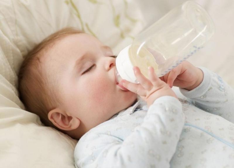 Cho bé uống thêm nước để chữa nấc cụt.