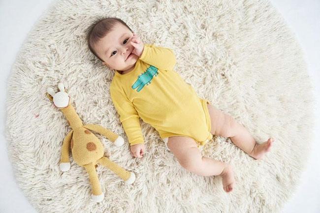 cha mẹ nên cho bé mặc đồ thoáng mát, đắp chăn mỏng để thân nhiệt dễ dàng thoát ra ngoài.