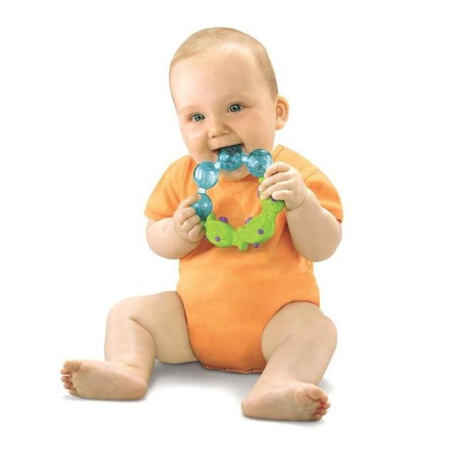 Khi bé phân tâm, cơn nấc sẽ tự biến mất.