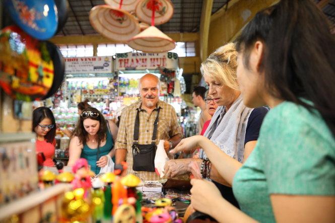 Chợ Bến Thành bán rất nhiều món đồ lưu niệm