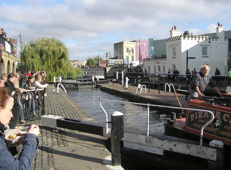 Bờ kênh gần chợ Camden Lock