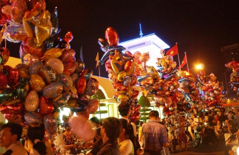 Chợ đêm Bến Thành sầm uất
