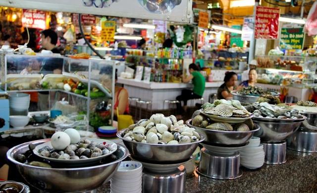 Các nguyên liệu tươi ngon được bày bán ở chợ đêm Bến Thành