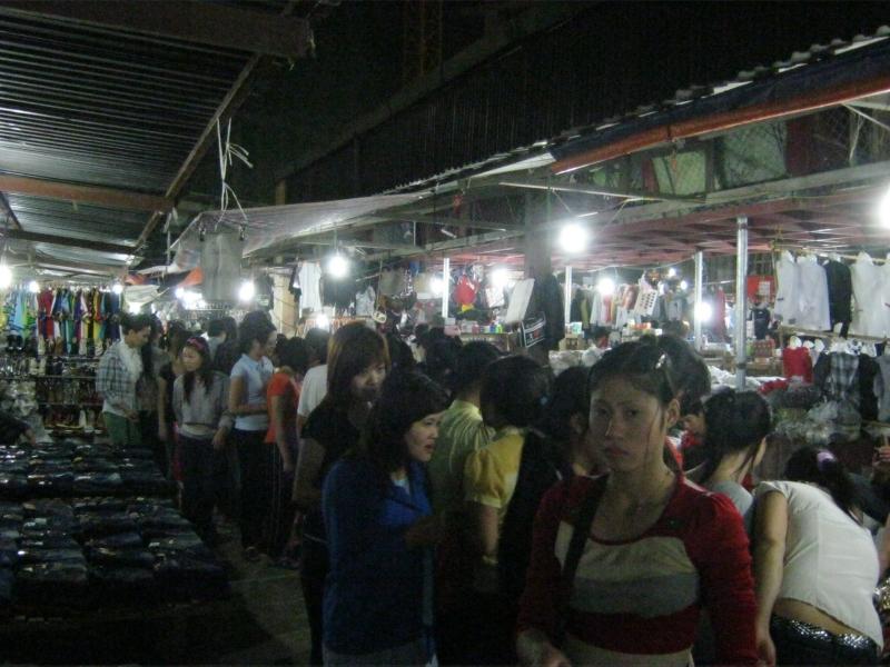 Rất nhiều sinh viên đổ về chợ Dịch Vọng