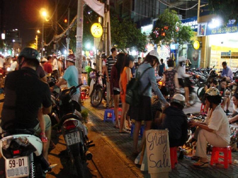 Chợ đêm gần công viên Lê Thị Riêng bán đa dạng mặt hàng
