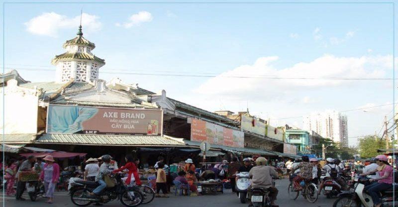 Chợ Hòa Bình là địa chỉ không thể bỏ qua ở Sài Gòn
