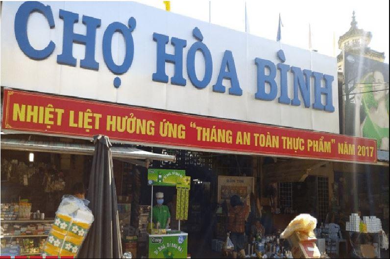 Chợ Hòa Bình nổi tiếng với nhiều khu ăn uống giá rẻ