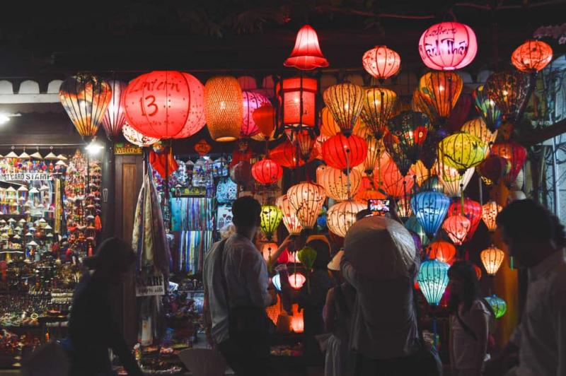 Đèn lồng rực rỡ sắc màu ở chợ đêm Hội An