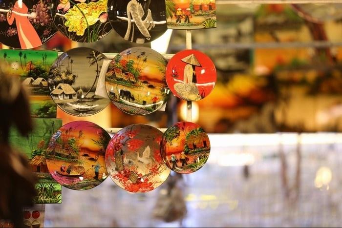 Bạn có thể dễ dàng chọn được những đồ lưu niệm đáng yêu tại chợ đêm Nha Trang