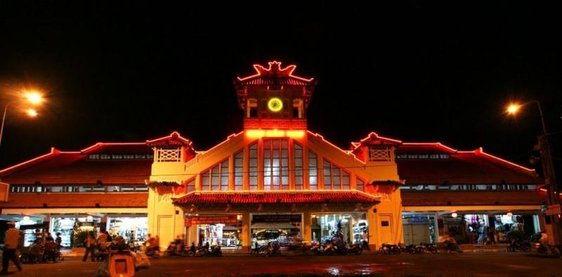Chợ đêm Tây Đô là một địa điểm du lịch nổi tiếng