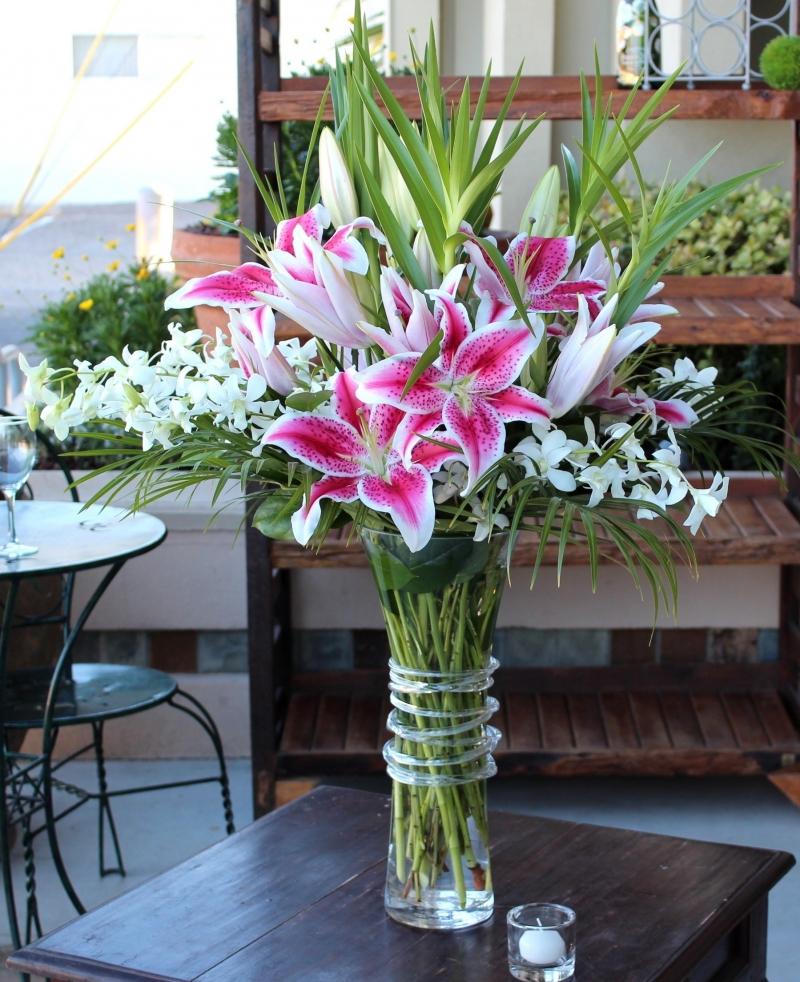 Cho giấm trắng hoặc chanh vào lọ trước khi cắm hoa