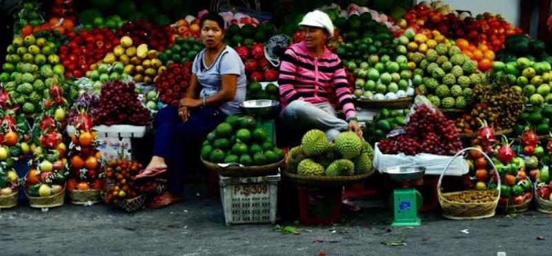 Người bán hoa quả tại chợ