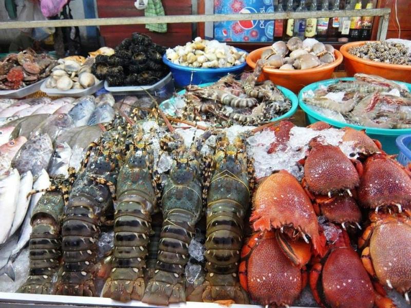 Du khách có thể chọn mua hải sản xong và mang sang các quán bên cạnh để chế biến thưởng thức ngay.
