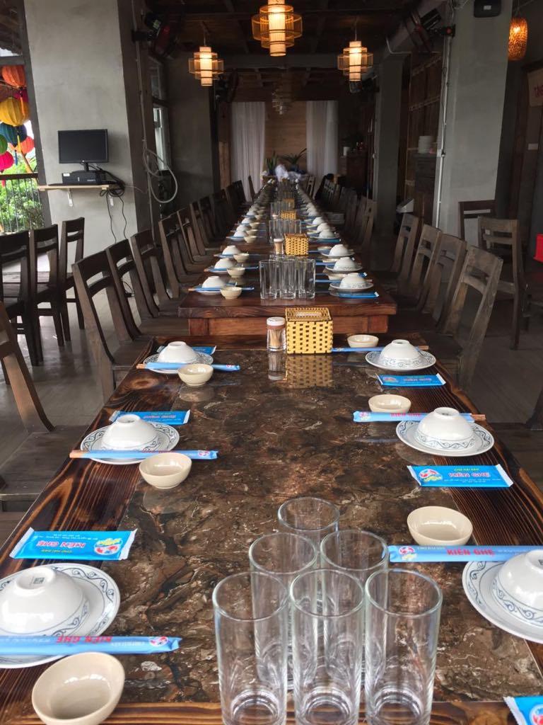 Không gian nhà hàng rộng rãi nên rất phù hợp cho những bữa tiệc đông người, hò hét cổ vũ bóng đá. Nhà hàng có hệ thống tivi và màn chiếu rộng để phục vụ thực khách