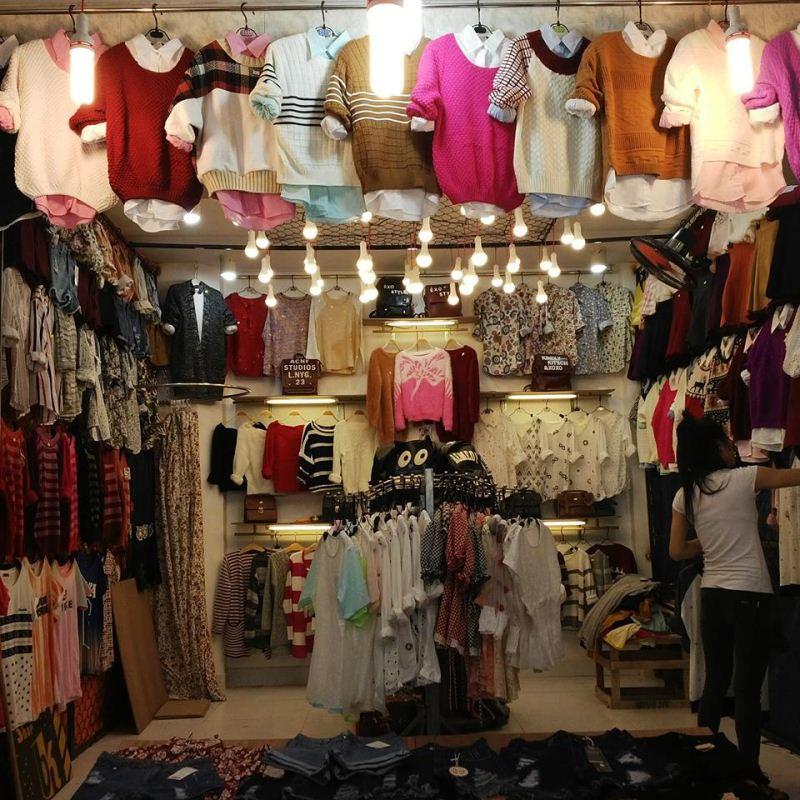 Không gian mua sắm tại chợ đêm Hạnh Thông Tây