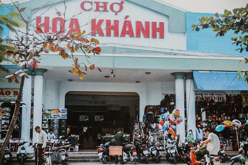 Cổng chính của chợ Hòa Khánh