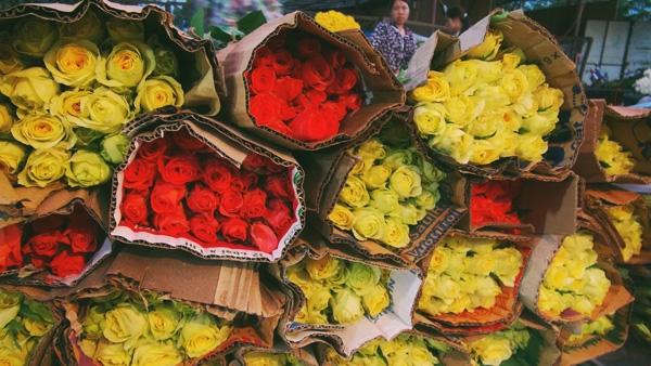 Hoa tươi ở chợ đêm Mai Dịch