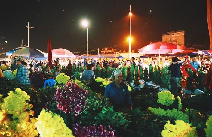 Khi mọi nẻo đường Hà Nội đã chìm sâu trong bóng tối, nhà nhà yên giấc thì chợ hoa Quảng An lại đông vui tấp nập hơn bao giờ hết, nhất là trong những dịp lễ tết.